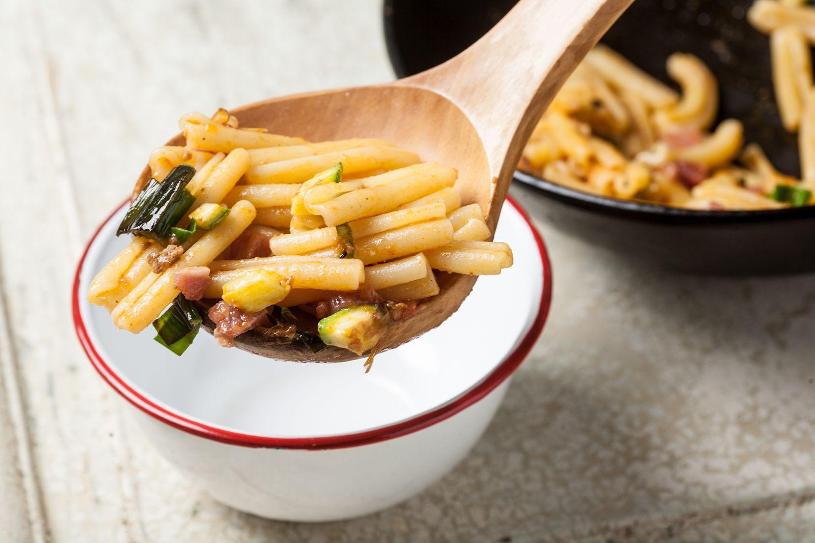 macarrones con calabacines y bacon