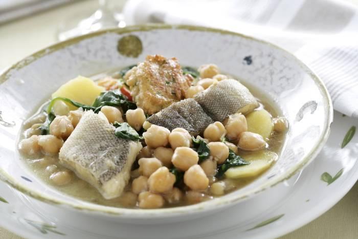 receta de garbanzos guisados con bacalao y panecillos