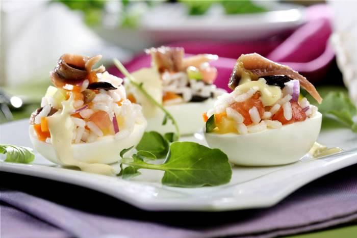 receta de huevos rellenos de ensaladilla de arroz