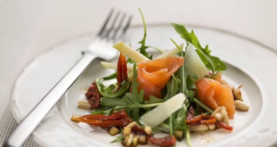 Imagen ensalada de parmesano, rúcula, tomates secos, manzana y salmón ahumado