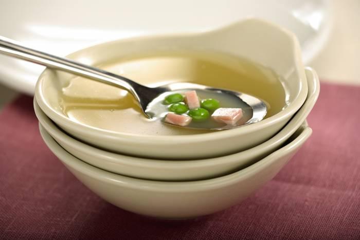 Caldo vegetal con guisantes