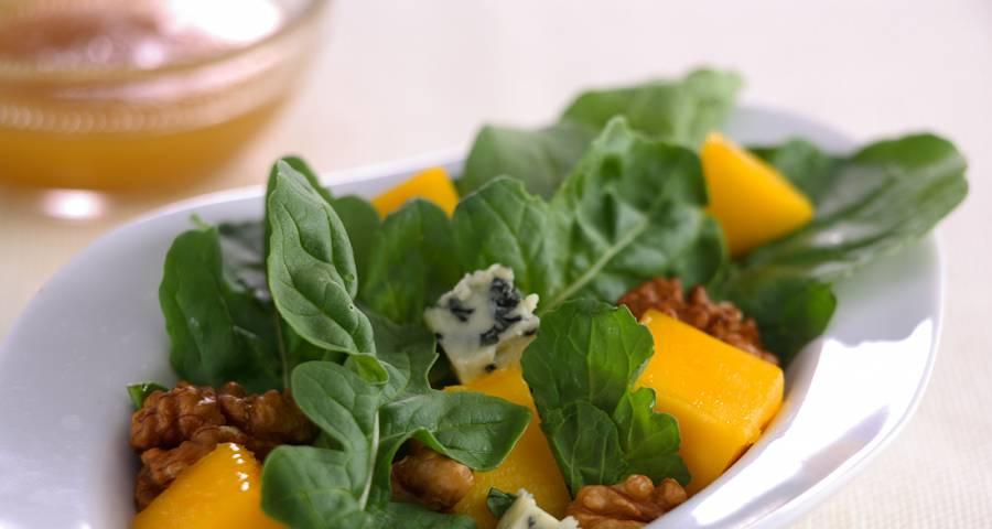 Comida cumpleaños ensalada de mango y queso azul