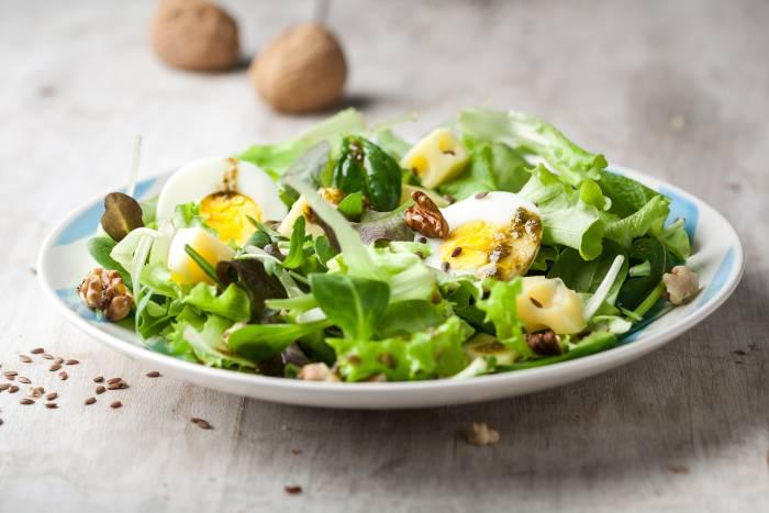 receta de ensalada verde con huevo y queso