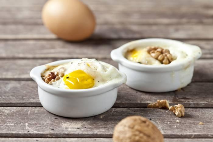 receta de huevos en cocotte con queso y nueces